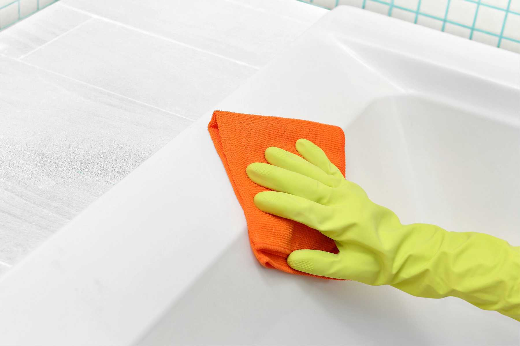 remove-stubborn-stains-from-bathtub